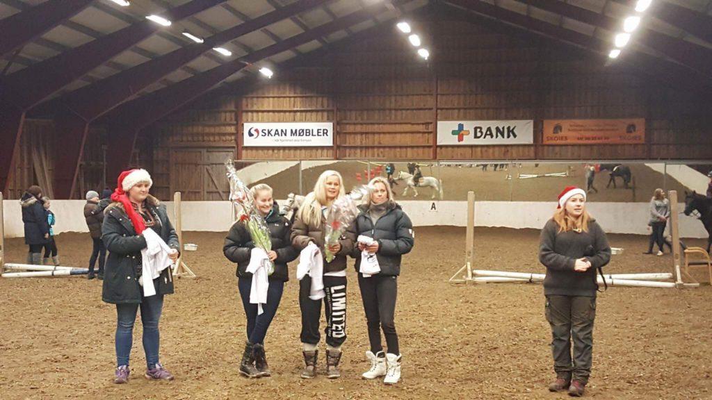 Karianne, Emilie, Vilde og Lisa mottok en premie fra klubben for deres mesterskapsresultater denne s